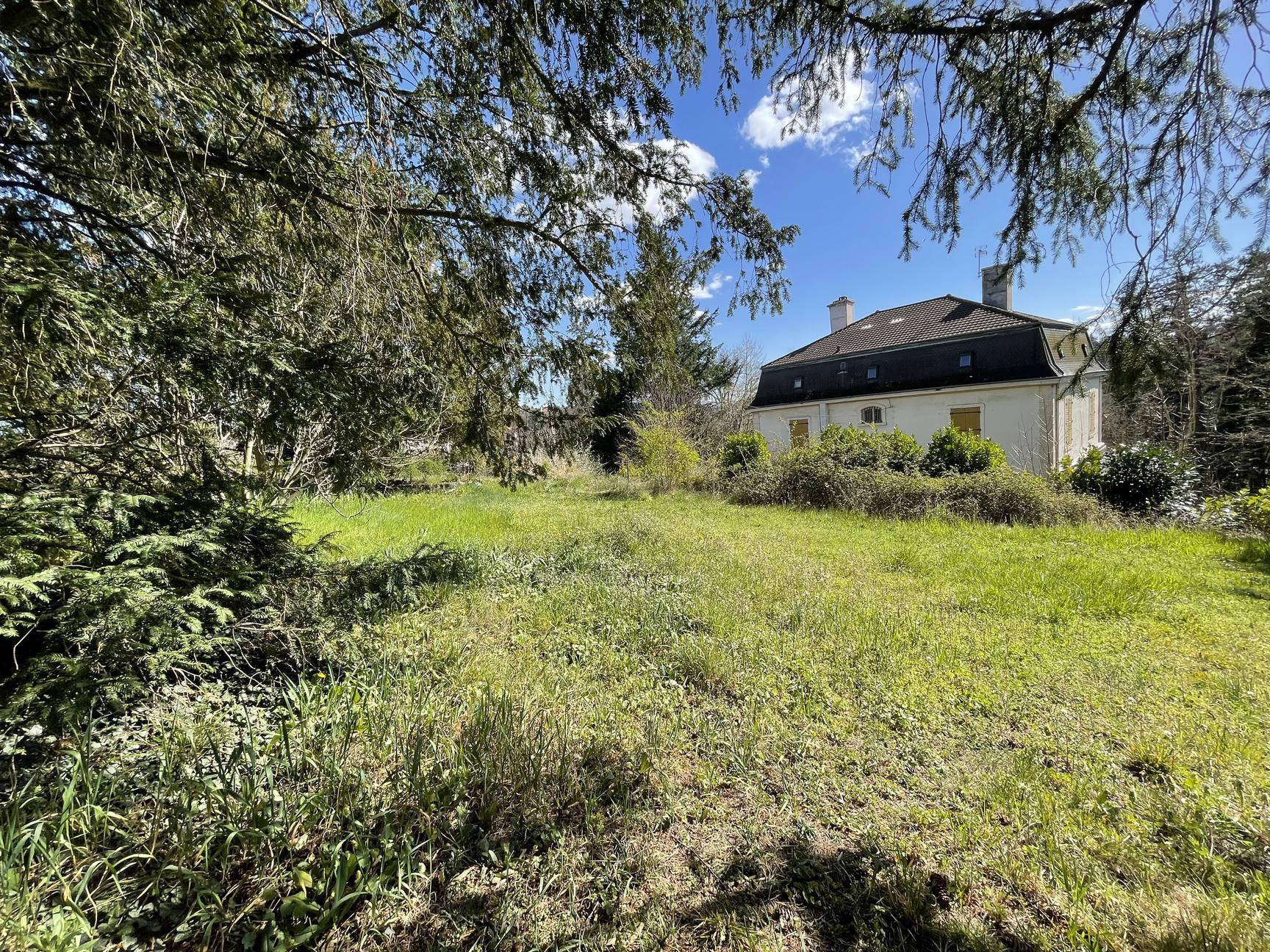 TERRAIN 1430M2 COEUR DE CHARBONNIERES-LES-BAINS - Charbonnières-les-Bains